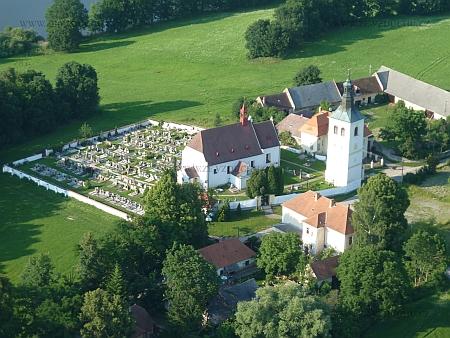 Hřbitov v Bílé Hůrce s kostelem a přilehlou farou na leteckém snímku