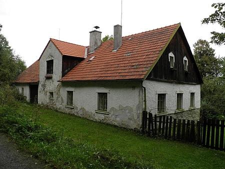 Jeden z domů původní zástavby osady Věrtele východně od Benešova nad Černou