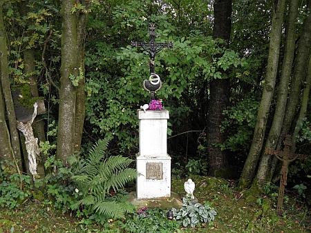 Křížek z roku 1906 u cesty, vedoucí přes rodné Věrtele