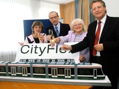 """Stojí tu druhý zleva při křtu modelu městské tramvaje """"Cityflex"""" v bavorském Augsburgu na jaře roku 2009"""