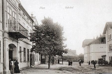 Staré a nové nádraží v Plané u Mariánských Lázní na starých pohlednicích (nahoře staré, dole oboje)