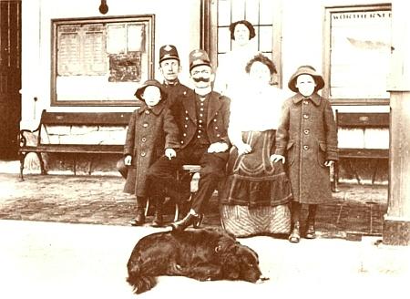 Přednosta stanice ve Stožci na snímku, pořízeném rok před vypuknutím prvé světové války