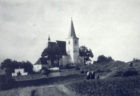 Kostel svatého Vavřince ve Štítarech s přilehlým hřbitovem, kde byl pochován