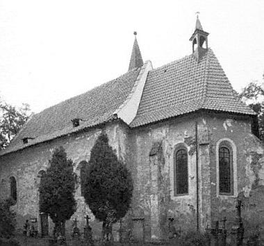 Jiné dva snímky kostela sv. Vavřince a hřbitova při něm z roku 2006