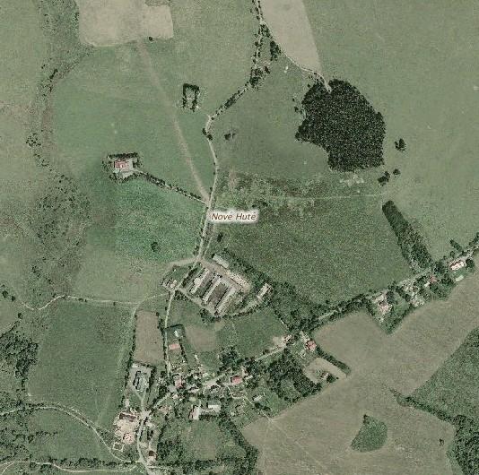 Prázdné místo proti rozcestí v louce mezi kravínem a zalesněným vrchem, zvaným kdysi Steindlberg, bije do očí
