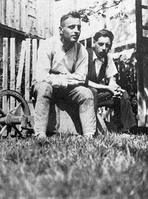 S bratrem Aloisem v roce 1942 zřejmě na dovolence z fronty