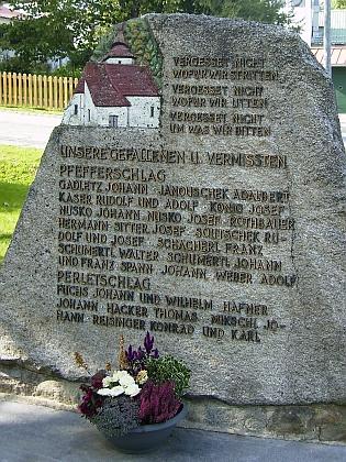 Pamětní kámen u repliky stožecké kaple v bavorském Philippsreutu připomíná patronát obce nad vyhnanci zLibínského Sedla a okolí