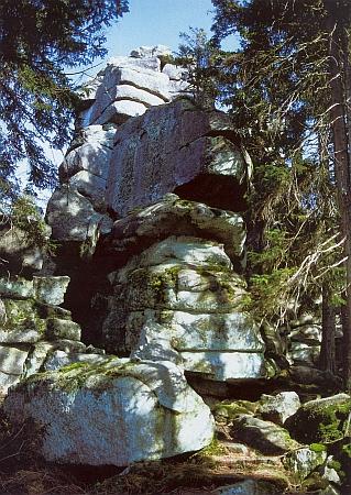 Hlavní vrcholová skála hory Třístoličník