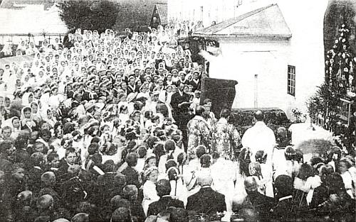 Slavnost Božího těla před kostelem sv. Václava v Rychnůvku někdy ve dvacátých letech 20. století