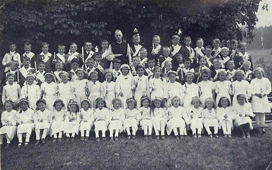 Děti z Rychnůvku zachytil snímek u příležitosti prvního svatého přijímání v máji roku 1945, Maria, které bylo tehdy 13 let, mezi nimi už není