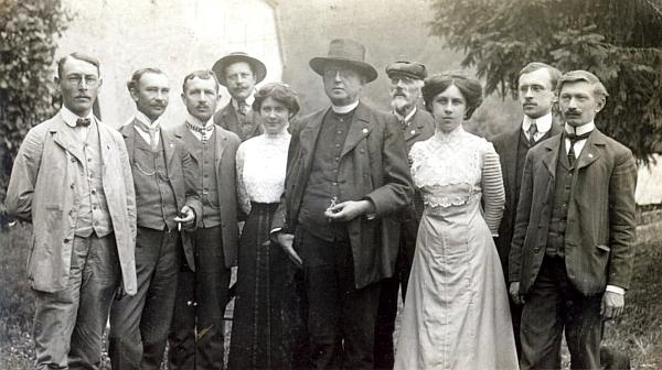 Na nedatovaném snímku z doby před první světovou válkou stojí v placaté čepici mezi děkanem Antonínem Brandejsem a učitelkou Pavlou Volfovou čtvrtý zprava ve skupině zlatokorunské honorace