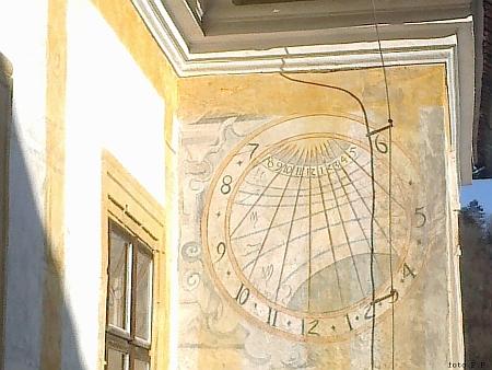 Jedny z 11 slunečních hodin v areálu kláštera