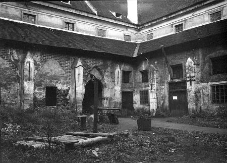 Rajský dvůr zlatokorunského kláštera na snímku z počátku 20. století, už po krachu Schullerbauerovy továrny