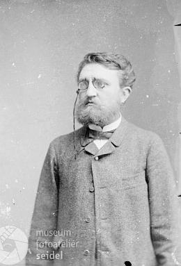 Pravděpodobně jeho podobenka z fotoateliéru Seidel, pořízená v dubnu 1884 a popsaná jménem Schullerbauer s adresou Goldenkron