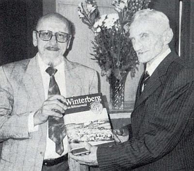 Otto Lang mu předává v červnu 1989 za dlouholetou krajanskou činnost reprezentační knihu o Vimperku