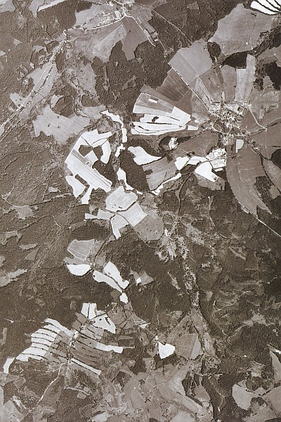 Stará kulturní krajina u Zbytin podél toku Blanice (jde úhlopříčně středem snímku zleva doprava)