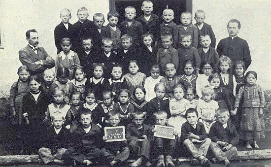 Se spolužáky ze zbytinské školy v roce 1921 stojí druhý zprava v poslední řadě, vlevo po straně jejich učitel Franz Petter, vpravo kaplan Neubauer