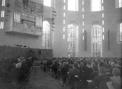 ... a pamětní sudetoněmecké zasedání v těchže přestavěných prostorách druhou světovou válkou poničeného kostela sv. Pavla