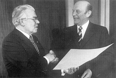 Senátor Suttner předává Josefu Schusterovi v Konnersreuthu Zlatý mistrovský list