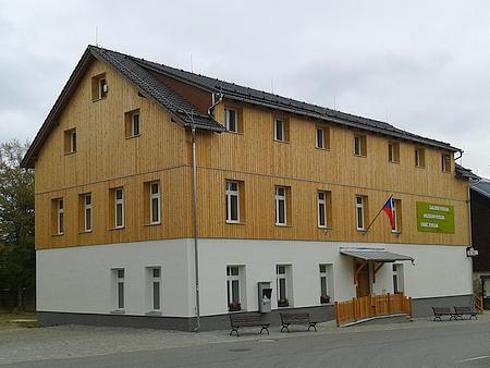 Dnešní podoba budovy bývalé kvildské školy, ve které dnes sídlí obecní úřad a v někdejších třídách v prvním patře je umístěna stálá historická expozice