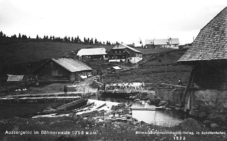 Část rodné Kvildy na staré pohlednici vydané v Sušici