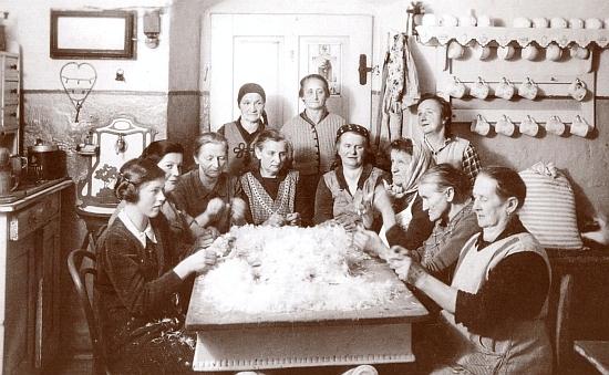 Draní peří v kvildském hostinci U Gabriela - sedící čtvrtá zprava je tu zachycena paní domu Anna Schusterová, zcela vlevo sedí její dcera Else