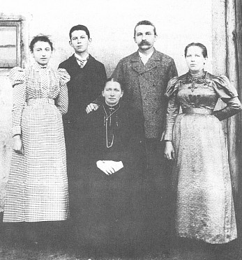 Gabriel Schuster s rodinou (druhý zleva Johann Schuster, otec autorův)