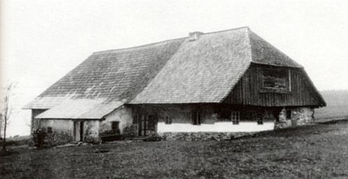 """Dům čp. 7 zvaný """"Fuchsenhaus"""", v jehož světnici fungovala zdejší školní expozitura"""