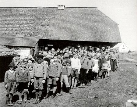 Školáci před expoziturou na Zhůří v roce 1937, kdy do ní začala chodit i Elfriede Schüsselová