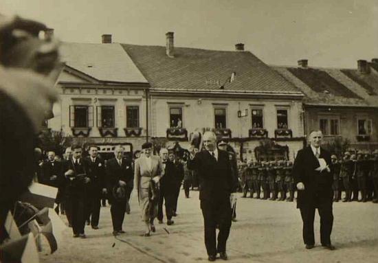 Dva snímky z kaplické městské kroniky, zachycující přivítání prezidenta republiky