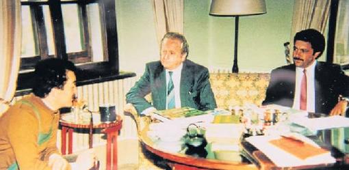 Jako prvý zemský rada zemského okresu Freyung-Grafenau zde hovoří v doprovodu jednatele svého úřadu Karla-Heinze Pauluse s Karlem Schwarzenbergem při návštěvě v jeho knížecí lovecké erezidenci ve štýrském Murau