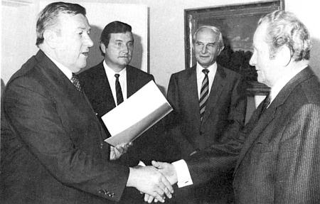V listopadu 1986 přijímá z rukou státního ministra Dr. Langa Spolkový záslužný kříž I. třídy