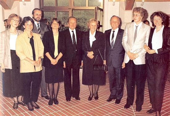 """V kruhu rodiny s """"regionálním prezidentem"""" Dr. Schmidtem o svých šedesátinách roku 1985"""