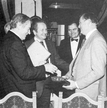 V roce 1985 se tu setkává s americkým kosmonautem Neilem Armstrongem, prvým člověkem, který vstoupil na Měsíc