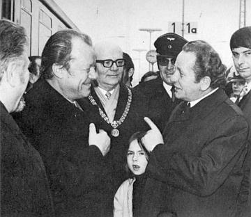 Vítá na pasovském nádraží spolkového kancléře Willyho Brandta, když v roce 1973 přijel strávit zimní dovolenou v Grafenau