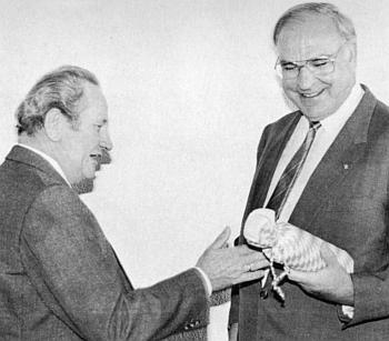 Spolkovému kancléři Helmutu Kohlovi, budoucímu sjednotiteli Německa, předává za jeho návštěvy vGrafenau roku 1986 láhev místního likéru