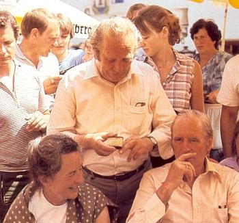 Tady nabízí v červenci roku 1983 šňupeček tabáku tehdejšímu německému spolkovému prezidentu Dr.Karlu Carstensovi, vedle něhož sedí jeho manželka Veronica Carstensová
