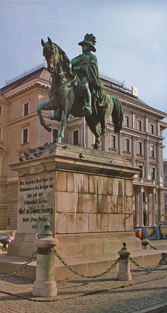 Pomník jeho otce polního maršála Karla I. Filipa Schwarzenberga (1771-1820) na Schwarzenberském náměstí ve Vídni