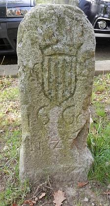 ... a starší schwarzenberský hraniční kámen, dnes umístěný u zámku Ohrada u Hluboké nad Vltavou