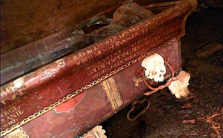 Záběry z krypty Jana Jiřího ze Švamberka v poběžovickém kostele při průzkumu v roce 2018