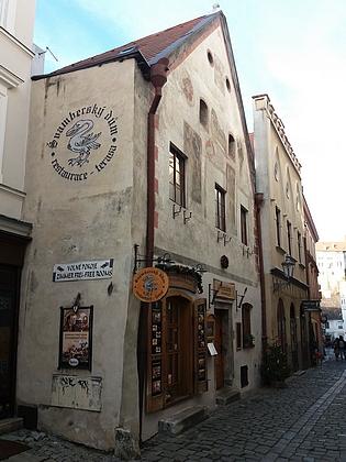 Tzv. Švamberský dům v Českém Krumlově (Soukenická ul. 35, restaurace v něm sídlící užívá ve svém logu švamberskou labuť)