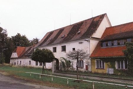 Dnes zaniklý dvůr Švamberk u Ševětína, který Jan Jiří založil v letech 1613-1615 na pozemcích zaniklé vsi - rekonstrukční skica a čelo někdejšího hospodářského dvora na snímku z roku 2006