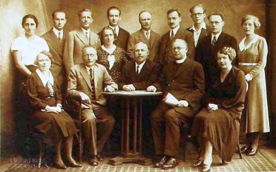 S učitelským sborem českokrumlovské měšťanské školy v roce 1933-1934 (sedící druhý zprava) na snímku z její školní kroniky...
