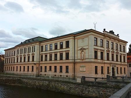 ... a školní budova, kde působil, na snímku z roku 2018