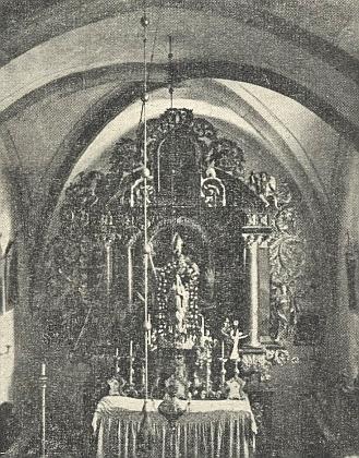 Hlavní oltář kostela v Boleticích se sochou sv. Mikuláše v někdejším stavu