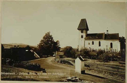 Dvě pohlednice českokrumlovského fotografa Josefa Wolfa zachycující boletický kostel s přilehlým hřbitovem zblízka (viz i Thomas Geist)