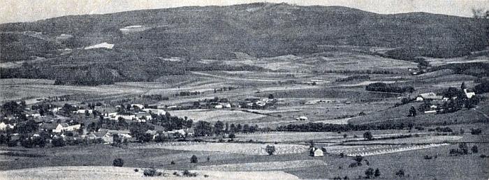 Na snímku, který doprovází jeho text v krajanském čtrnáctideníku Glaube und Heimat z roku 1958, vidíme nalevo ves Boletice, napravo její kostel na vršíčku, za ním pak zaniklou ves Dolany, nad tím vším pak hřeben hory Kleť