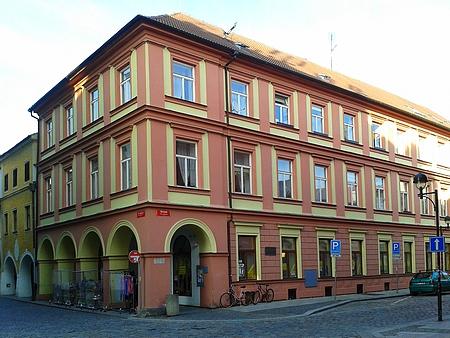 Rohový dům čp. 344 v někdejší Divadelní ulici (dnes ulice Dr. Stejskala) dědil roku 1753 po otci Kryštofu Schweherovi jeho syn Sebastián Schweher s várečnou pánví, 8 džbery ječmene, zařízením, 3 kravami, dvorem před Rožnovskou branou a pozemky za 900 kop