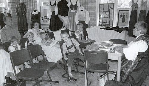 Čte ze šumavských pohádek dětem ve Webingerově domě v Lackenhäuser pod Třístoličníkem