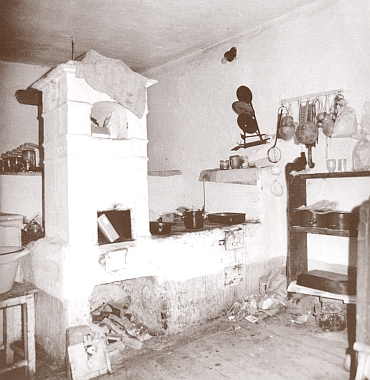 Kamna, zde na místně neurčeném snímku z nějaké šumavské vsi, bývala opravdu podstatnou součástí vybavení chalupy